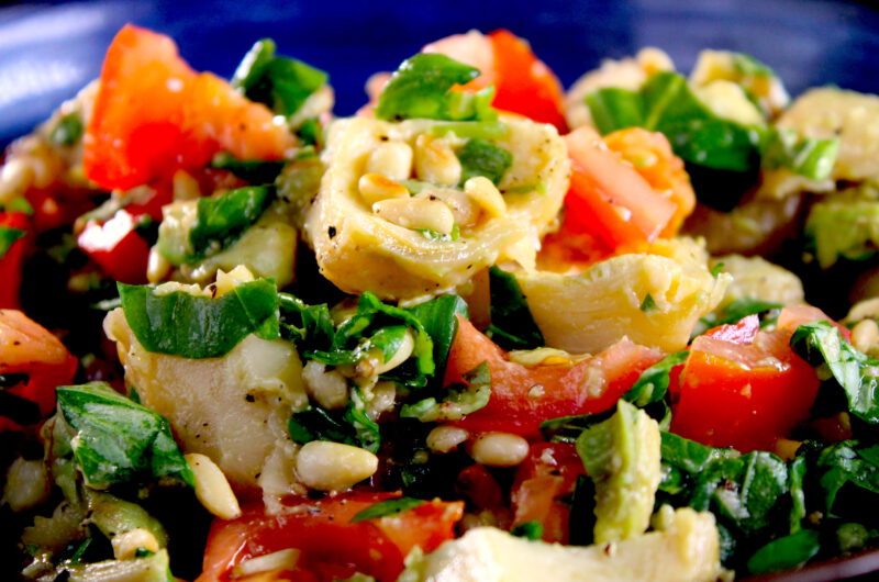 Salad with artichoke, avocado and tomato