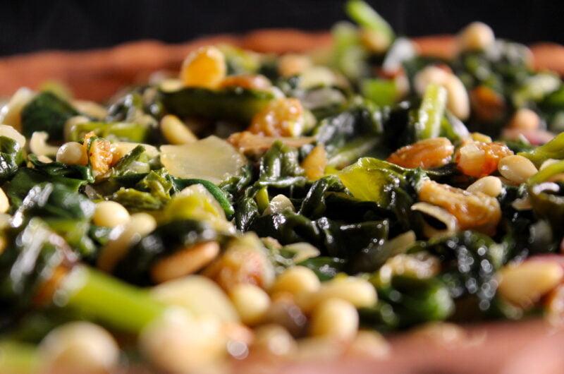 Wilde spinazie met rozijnen en pijnboompitten