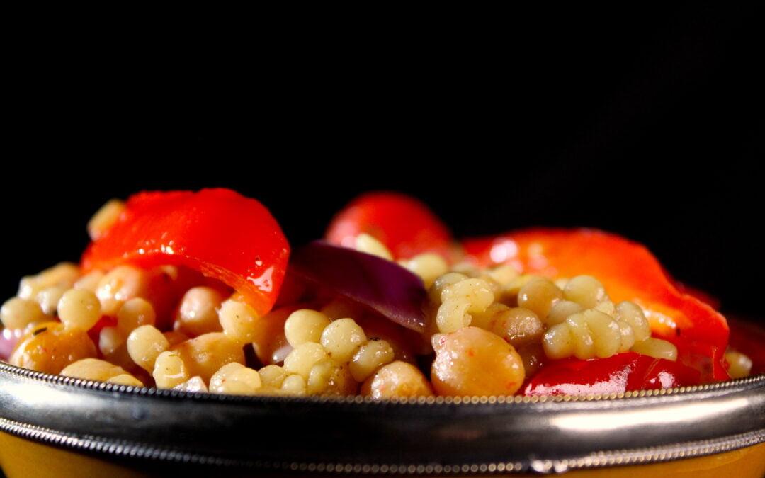 Sappige parelcouscous met gegrilde kikkererwten, aardpeer en paprika