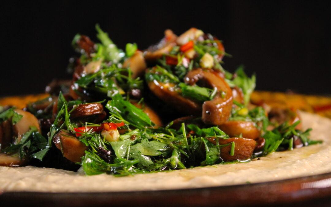 Hummus royale met gepofte knoflook en champignons