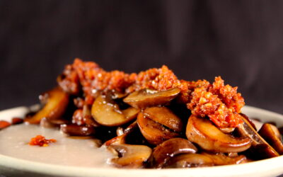 Paddenstoelen, limabonenpuree en kruidige tomatenpuree