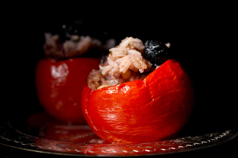 Gevulde tomaten met rozijnen en pijnboompitten