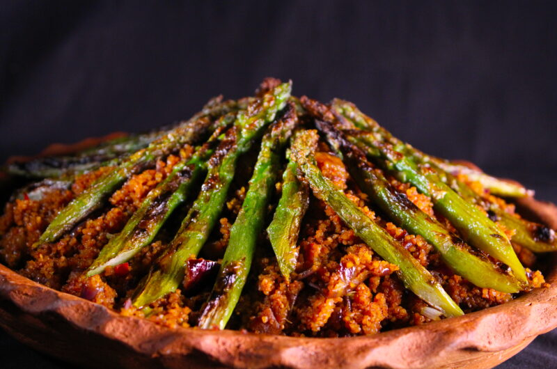 Spicy sweet bulgur with grilled green asparagus