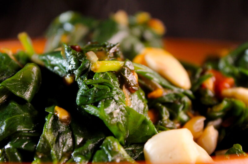 Spinach with tomatoes and almonds