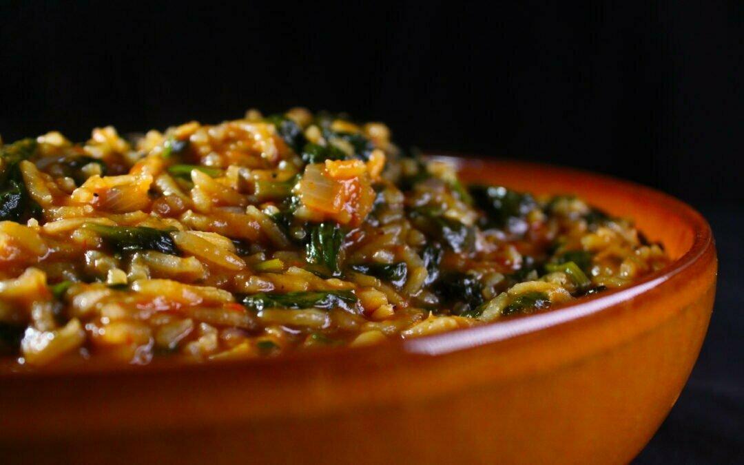 Egyptische spinazie-tomaat rijstschotel