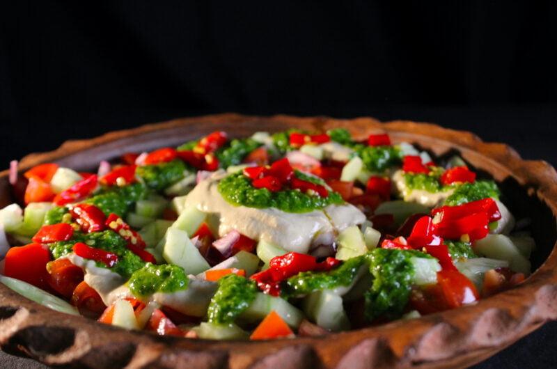 Salade met aubergine dressing en peterselie olie en shatta