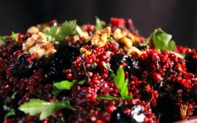 Gebakken quinoa met bietjes, zwarte olijven, sinaasappel en walnoot