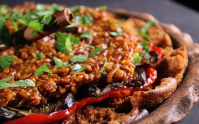 Volle rode saffraanrijst, fatteh en groenten