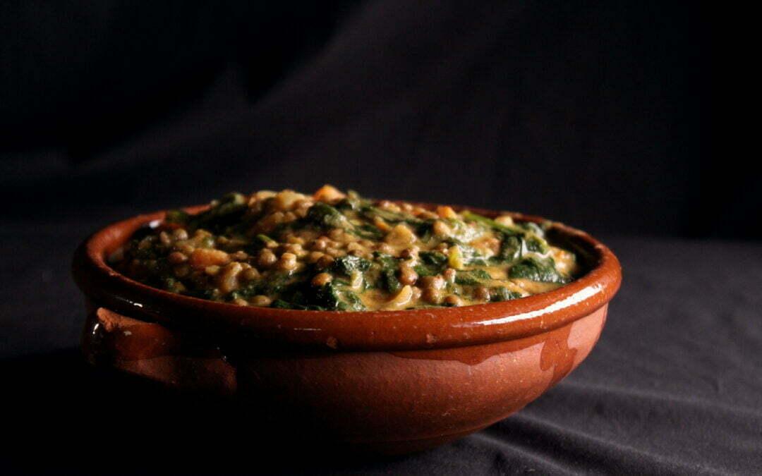 Smeuïge linzen, spinazie, tomaat in mosterdsaus